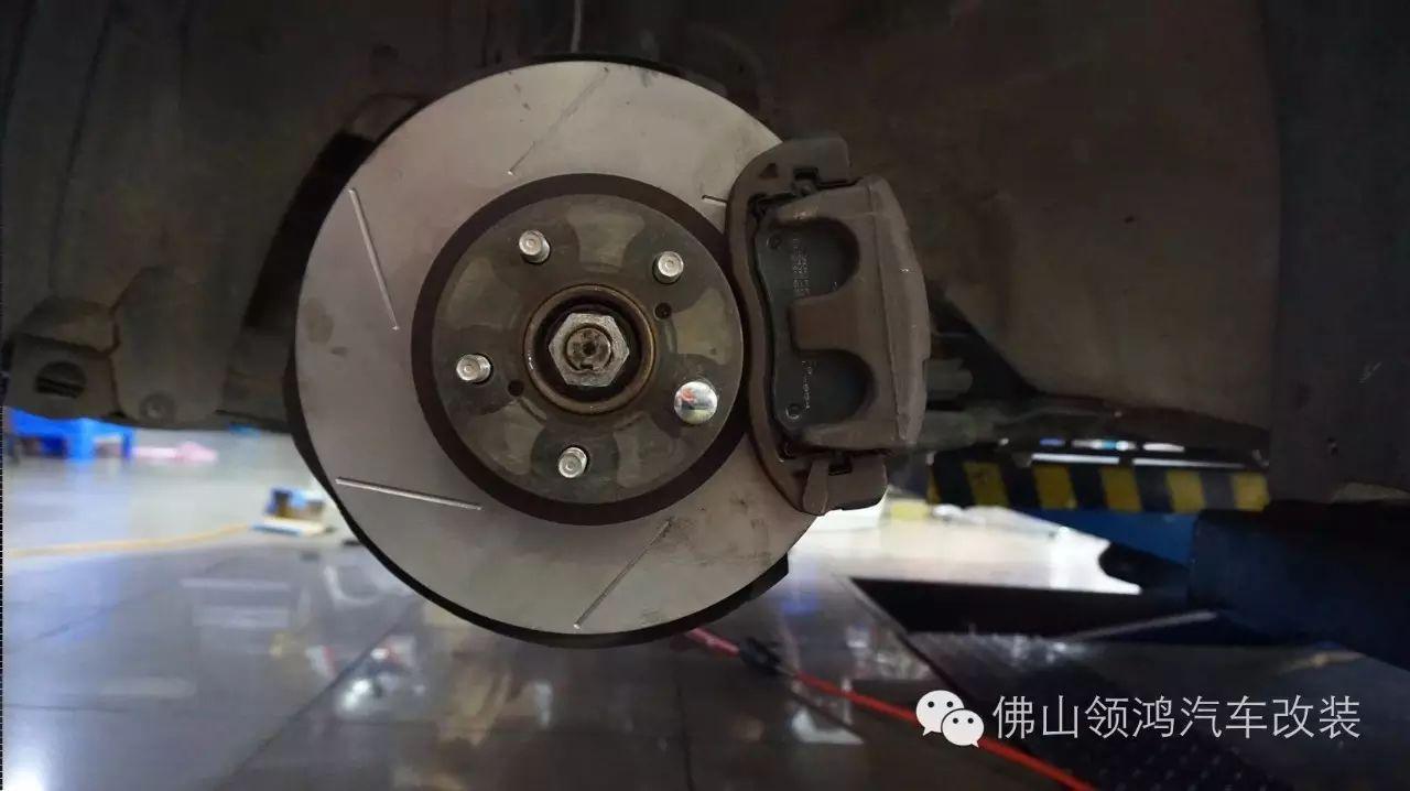 师傅用铣床为刹车碟进行划线处理  刹车片是用英国的DON,应该是最