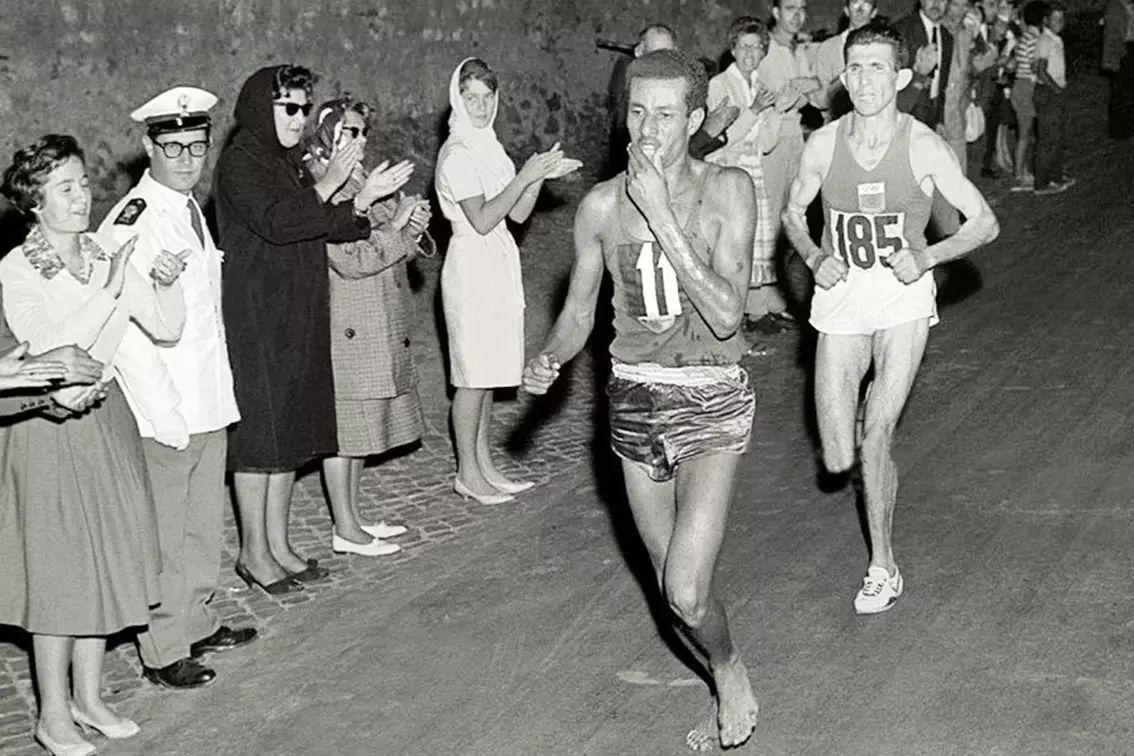 """这位名叫阿贝贝·比基拉的""""赤脚大仙"""",成为第一位在奥运会马拉松图片"""