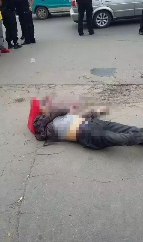 男)当场死亡、周某(女)受伤,巡逻民警当场将该男子抓获.   记者