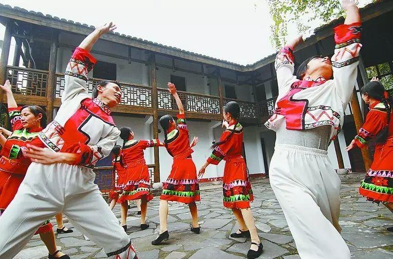 一起努力让长阳人巴山舞清江画廊入围宜昌十大文化符号,长阳娃们先