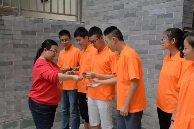 同学们在领取心愿卡-铁路中学 学生开学集体种花 期许未来比花更美图片